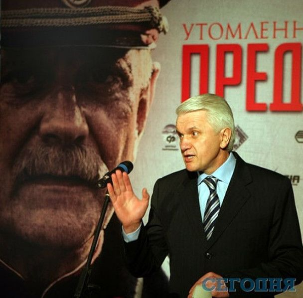 """Азаров з міністрами сходив на прем'єру """"Стомлених сонцем-2"""""""