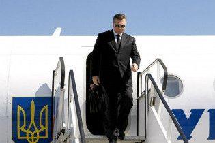 Янукович не сів в один літак із міністрами