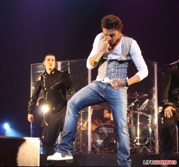 На сцені у Діми Білана тріснули джинси