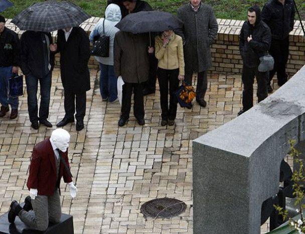 У Києві Леніна поставили на коліна