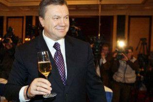 За 7 тисяч аферисти пропонують випити шампанського з Януковичем