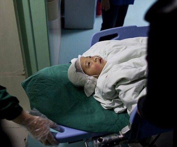 У Китаї чоловік з молотком напав на школярів і підпалив себе