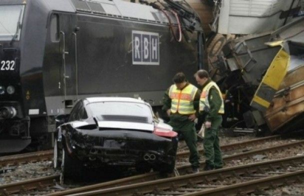 На травневі свята в Німеччині сотня Porsche випала з потяга