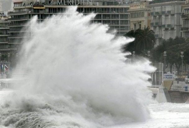 Десятиметрові хвилі змили Лазурний Берег Франції