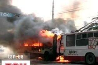 У Сімферополі згорів тролейбус (відео)