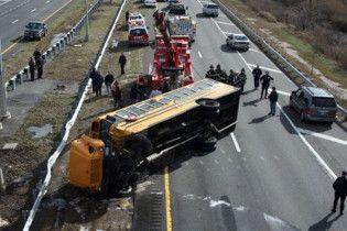 У США автобус втратив керування: побиті десятки авто, постраждали 26 людей