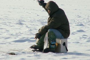 """У Дніпропетровську """"ловили"""" рибалку на кризі"""