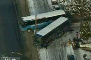 Негода в США: два автобуси зависли над прірвою