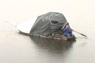 Дивак із Чернігова готується до плавання на плоті-будинку (відео)