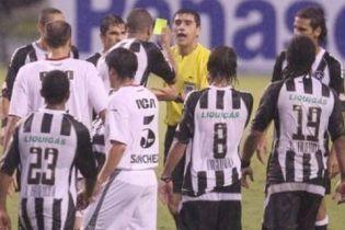 В Бразилії футболіст показав жовту картку арбітру! (відео)