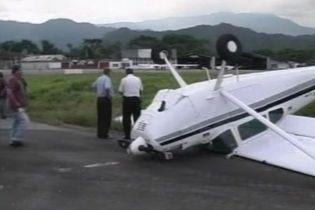 Літак в Колумбії під час приземлення зробив сальто