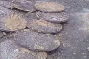 За ніч на Запоріжжі викрали понад 30 люків (відео)