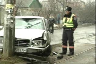 """ДТП через ожеледь у Херсоні: """"Мерседес"""" збив пішоходів"""