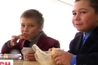 У Черкасах припинили годувати першокласників (відео)