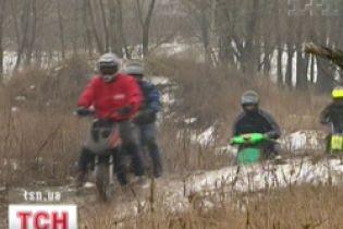 В Україні вперше пройшов скутер-крос по багнюці