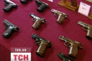 Українці масово купують зброю і газові балончики