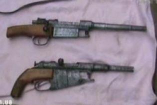 """Чоловік зібрав """"колекцію"""" вогнепальної зброї (відео)"""