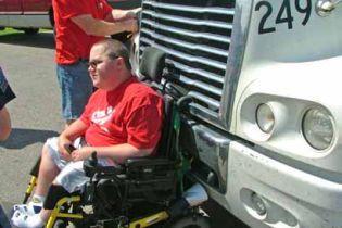 Інвалідний візок і вантажівка