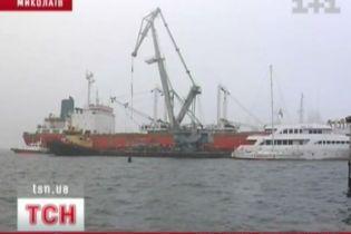 У Миколаєві вже місяць судно з екіпажем стоїть під арештом (відео, оновлено)