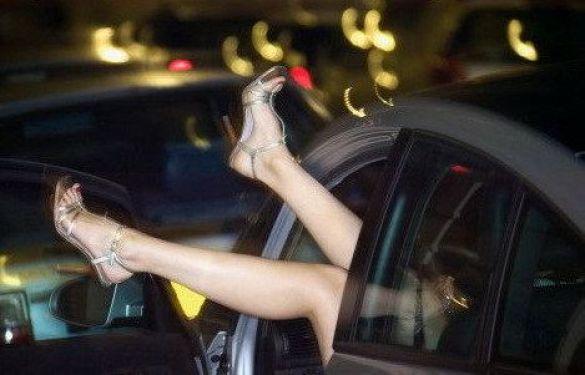 П'яна жінка в авті