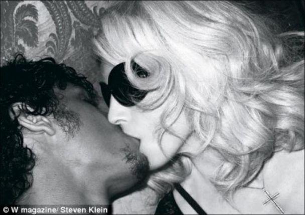 Мадонна розцілувала 22-річного Ісуса