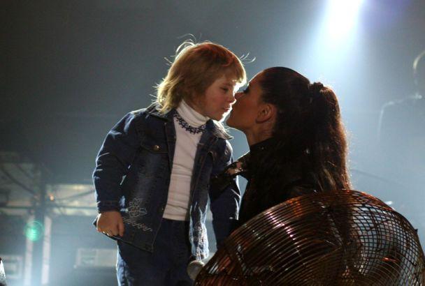 Руслана розцілувала дітей (фото)