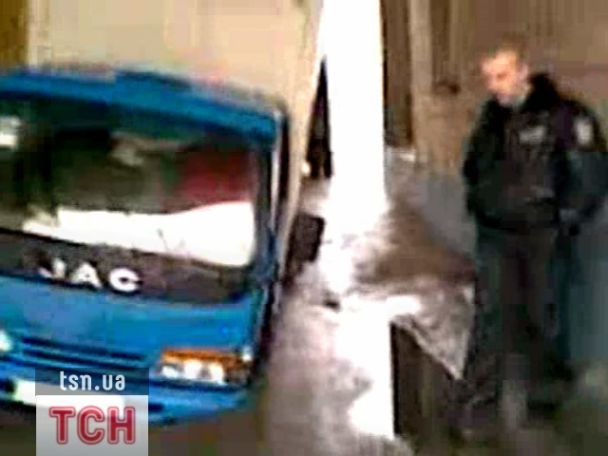 У центрі Києва провалилася під землю вантажівка