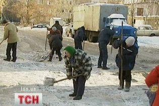 Подвір'я будинків Черновецького та його заступників чисті від льоду