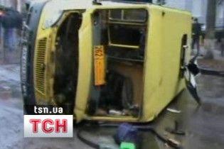 У Харкові легковик врізався в автобус: 11 поранених