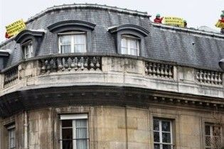 Активісти Greenpeace штурмували парламент Франції
