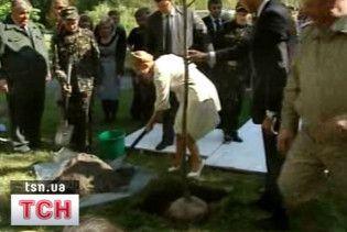 Тимошенко посадила дерево і пообіцяла засадити ще 200 тис. га