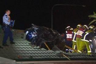 У Австралії автомобіль протаранив дах будинку