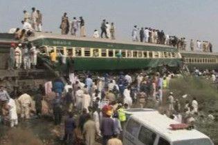 12 людей загинули при зіткненні потягів в Пакистані