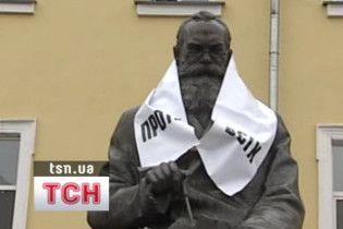 Противсіх змусив пам'ятники агітувати за себе