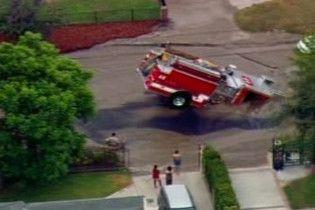 У центрі Лос-Анджелесу пожежна машина провалилась під асфальт