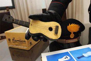 У взуттєвій коробці знайшли розписану Пікассо міні-гітару