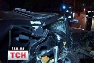 У Києві Mercedes врізався в електроопору: є жертви
