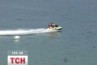 П'яний мажор на скутері протаранив відпочивальників на човні