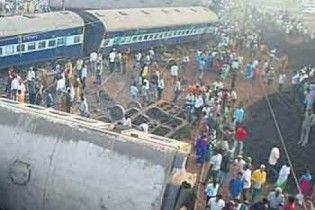 В Індії зіткнулися два потяги: півсотні людей не можуть вибратися з вагонів