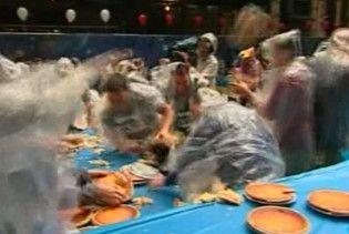 У Нью-Йорку влаштували наймасовіше змагання з жбурляння пирогами