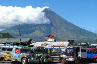 Філіппінці не хочуть залишати схили вулкана, до них посилають клоунів