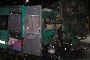 На Рівненщині автобус протаранив вантажівку: загинули троє людей