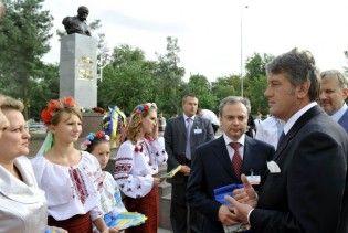БЮТ: Ющенко брав до Туркменії два літаки чиновників та музикантів