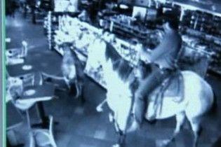 Вершник влаштував справжнє родео в супермаркеті