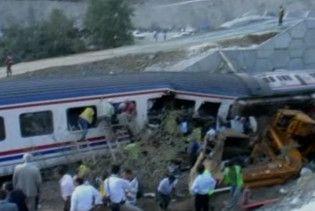 Турецький поїзд врізався в екскаватор: є жертви