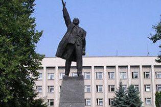 Конотопського Леніна пофарбували в жовтий колір
