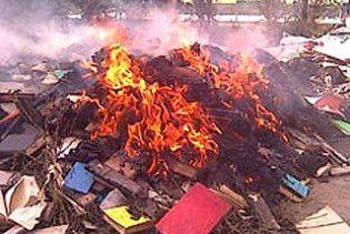 У Південній Осетії спалюють книги, щоб звільнити місце для дарунків із Москви