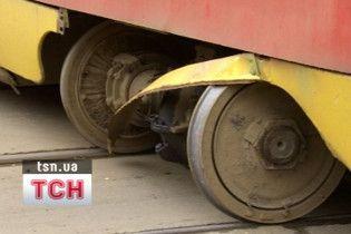 У Києві трамвай протаранив авто і заблокував рух