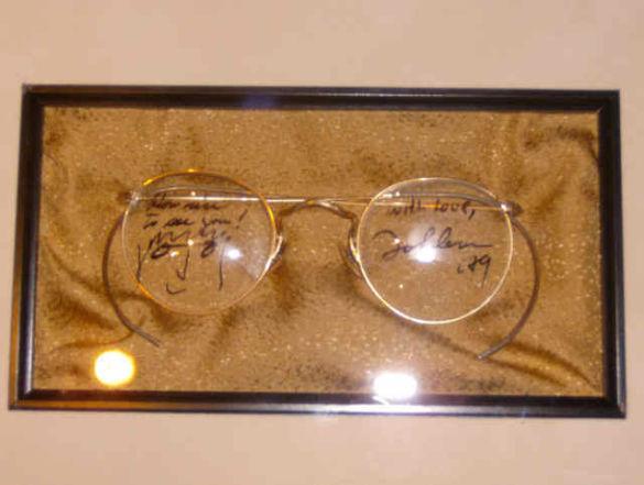 Британець купив окуляри Леннона