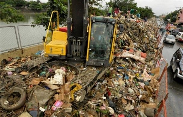 Зсуви ґрунту на Філіппінах поховали під собою 90 людей